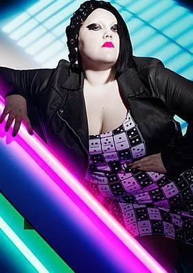 The Gossip gurubunun solisti Beth Ditto güçlü sesiyle müzikseverlerin beğenisini topluyor. Ama diğer bir yandan da 1.57'lik boyu ve 100 kiloyu bulan ağırlığı ile, mükemmel vücutlu seksi kadınların hüküm sürdüğü gösteri dünyasında da kendine yer edindi.