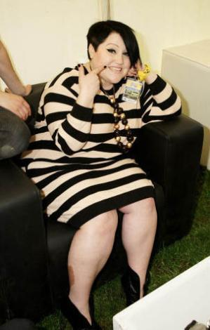 Lagerfeld başta olmak üzere moda devleriyle de arası iyi. Top model Kate Moss en yakın parti arkadaşlarından biri.