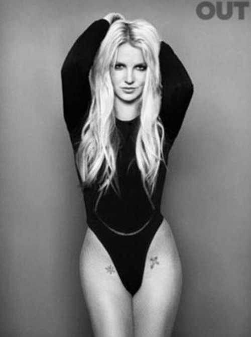 Yeni albümünü piyasaya çıkarmaya hazırlanan şarkıcı Britney Spears, cüretkar pozlar verdi. Bacaklarının üst bölümüne yaptırdığı haç ve yıldız dövmelerini de gözler önüne seren dünyaca ünlü pop şarkıcısı Britney Spears, Out dergisinin Nisan sayısına kapak oldu.
