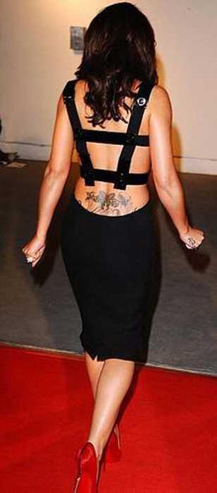 Ünlü şarkıcı Cheryl Cole katıldığı bir ödül törenine dövmesiyle damga vurdu. Cole'un kalçasından yukarıya doğru uzanan dövme gecenin davetlileri kadar basının da ilgi odağı oldu.