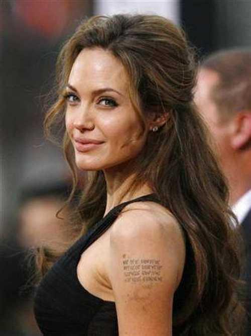 Bir zamanlar eski eşi Billy Bob Thornton'un ismini koluna yazdıran ünlü yıldız Angelina Jolie, şimdi aynı yerde çocuklarının doğduğu yerlerin coğrafi koordinatlarını taşıyor.