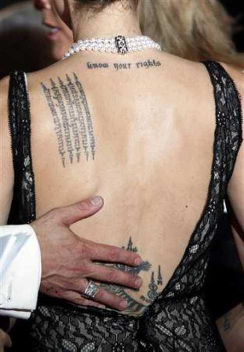 Sırtında bir Bengal kaplanı dövmesi de bulunan Jolie'nin Kimer harfleriyle, Kamboçya dilinde ve Arapça olmak üzere çeşitli dillerde yazılmış 10'dan fazla dövmesi var.