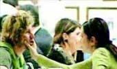 Korel'in sevgilisinin yanağına uzanan eli aşkın kanıtı gibi.