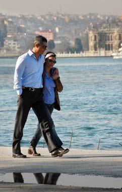Hülya Avşar ve Sadettin Saran'ın liseli aşıkları anımsatan bu deniz kenarı gezintisi magazin sayfalarını uzun süre süsledi.
