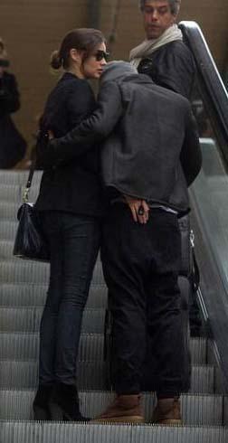 Miranda Kerr ve Orlando Bloom'un yürüyen merdiven romantizmi.