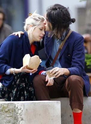Kısa bir süre önce bir çocuk dünyaya getiren Peaches Geldof ve nişanlısının yemek molası.