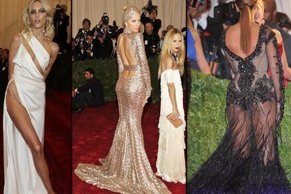 KİMİ SIRTINI GÖSTERDİ KİMİ BACAĞINI  ABD'nin New York kentinde düzenlenen geleneksel Kostüm Enstitüsü Galası önceki akşam gerçekleşti.   Metropolitan Müzesi'ndeki galaya gösteri dünyasının yıldızları, ünlü tasarımcıların imzasını taşıyan gece elbiseleriyle katıldı.   Geceye özenle hazırlanan ünlü güzellerin seçimlerine bakılırsa bu yıl sırt dekoltesi gözde. Sırtını açmak istemeyen ise bacak dekoltesini tercih edecek.  İşte gala gecesinin en şıkları, en cesurları en parlayanları.