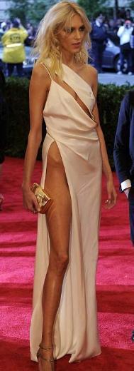 Üst kısmı parçalı kıyafetin en çarpıcı yanı derin bacak dekoltesiydi.
