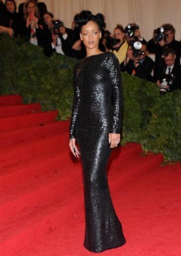 Rihanna elbisesiyle göz kamaştırdı.