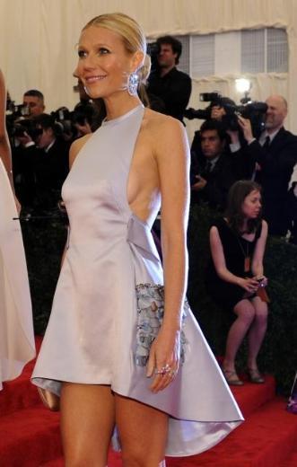 O derin sırt dekolteli bir elbise tercih etmişti.