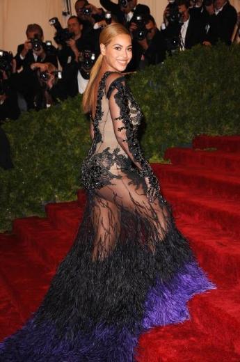 Beyonce; Givenchy tasarımı elbibesiyleson derece gösterişliydi.