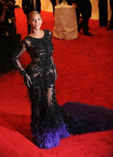 """Bir süre önce anne olan Beyonce elbiseyi bir """"Diva"""" edasında taşıyordu."""