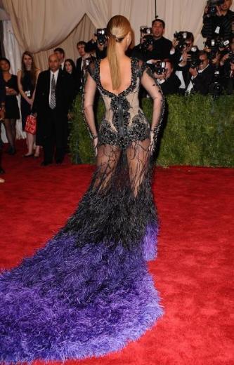 Beyonce gece boyunca objektiflere gülümsemekten yorgun düştü.