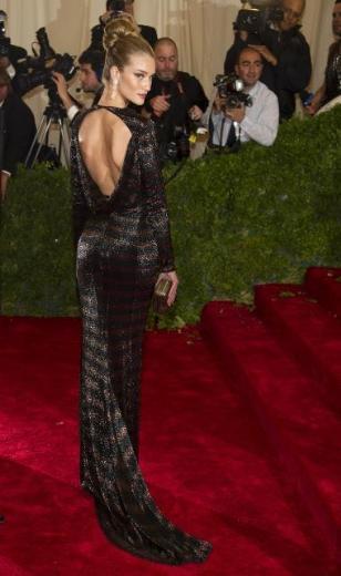 Top model Rosie Huntington Whiteley, British Burberry imzalı giysisi içinde nefes kesiciydi.