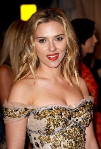 Scarlett Johansson o gece için Dolce and Gabbana elbise tercih etti.