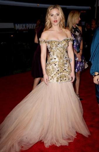 Elbise yıldızın tüm kıvrımlarını gözler önüne seriyordu.