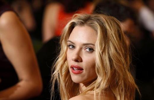Johansson'ın saçları ise doğal bir görünüme sahipti.