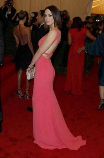 Emily Blunt, geceye Calvin Klein tasarımı elbiesiyle katıldı.