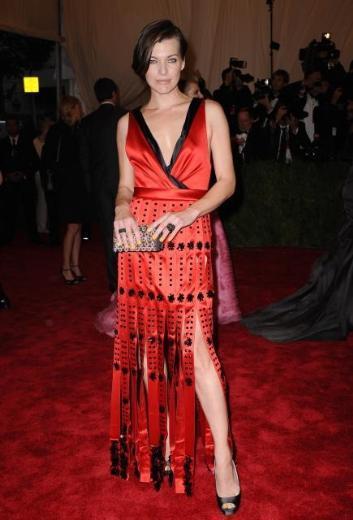 Milla Jovovich gecenin renkli ünülerindendi.