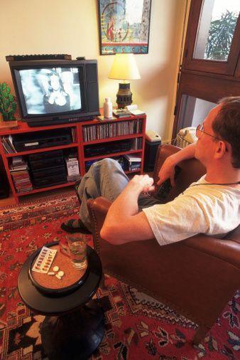 TV karşısında yayılmak   Kadınlar, erkeğin eline kumandayı alıp zap yapmasından nefret eder.