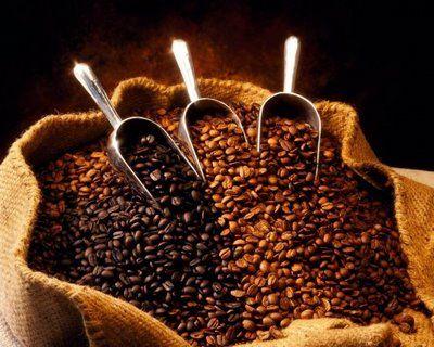 Kahvenin selülite iyi geldiğini biliyor muydunuz?   • 100 gram öğütülmüş kahvenin üzerine lapa haline gelene kadar kaynar su ilave edin. Kapalı bir kapta, 15 dakika bekletin. İçine 1 yemek kaşığı üzüm çekirdeği yağı ilave edin. Greyfurt, portakal, okaliptüs, servi, biberiye, ardıç, bergamot, tarçın gibi anti-selülit etkisi esansiyel yağları da ekleyin. Her yağdan bu karışıma 8