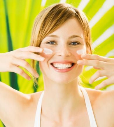 1. Güneş kremi kullanmamak: Ultraviyole ışınlar evinizden çıktığınız andan itibaren ve hatta arabanızda cildinizde hasara neden olabiliyor. Dermatologlar, güneşin cildinizi tahriş etmemesi için sadece plajda değil, normal hayatımızda her gün güneş kremi kullanmanızı öneriyorlar. Güneşin ışınları cildinizin derinlerine girerek, DNA'nıza zarar verir, kolajenleri yok eder, A vitamini gibi gerekli besinlerin dış katmanını tüketir. Hatta, çocukluktan kalan birkaç ciddi güneş yanığı ileriki yıllarda cilt kanseri gelişme riskini artırıyor.
