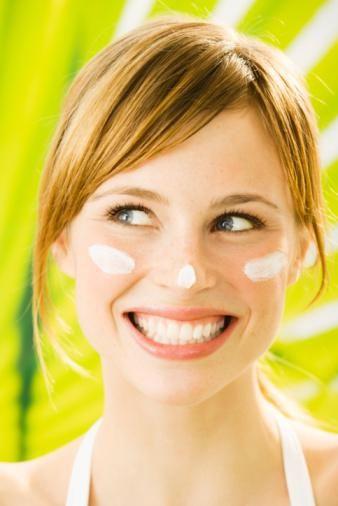 Bu nedenle aileler, çocuklarının güneş yanığı olmaması için dikkat etmeliler. Yıllar geçtikçe, UV radyasyonu kırışıklıklara, cildin solmasına ve lekeler oluşmasına neden oluyor. UVA ve UVB ışınlarını engelleyen en az 45 faktör güneş kremi kullanmalısınız. Bu krem UVB ışınlarının yüzde 99′unu önleyebilir. Güneş kremi kullanmayı düzenli olarak uygulayın.
