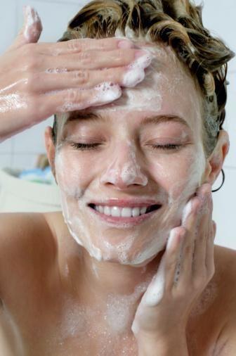 4. Sert bir temizleme yöntemi kullanmak: Marketlerde satılan sayısız temizleyici ürün, cildiniz üzerinde tahrişe neden olabilir. Sabunlar, vücudunuzu yağdan ve kirden arındırır ve daha güçlü olan sabunlar cildinizi kurutabilir ve kaşındırabilir. Çok fazla yüz temizleme ters etki yapar. Yüzünüzü sabunla yıkarken çok iyi temizlenmiş gibi hissediyor,cilt problemlerinize faydalı olmasını istiyorsanız sabun seçimini doğru yapmanız gerekir.Bu nedenle Kükürtlü ve Zeytinyağlı Nas Med sabun dermatologlar tarafından öneriliyor.