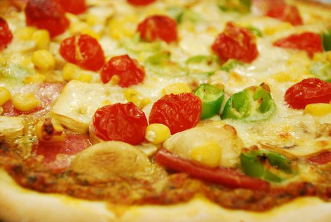Salamlı pizza  Mazlemeler:   5 su bardağı un   5 yemek kaşığı zeytinyağı   1 ılık su   5 su bardağı kuru maya (tepeleme)   1 tatlı kaşığı tuz (tepeleme)   1 tatlı kaşığı toz şeker   1 tatlı kaşığı domates (rendelenmiş)   2 adet kaşar peyniri   5-6 dilim salam   Hazırlanışı:   İlk olarak pizza hamurumuz yapılacak. Bir kase içerisine 1.5 su bardağı ılık su, şeker ve aktif kuru maya konulacak, karıştırılacak. Karışım 10 dakika dinlendirilecek. Hamur yoğurma kabı içerisine 5 su bardağı un elenerek konulacak. Un orta yerinden havuz gibi açılacak. 1 tatlı kaşığı tuz havuzun kenarlarına serpilecek. Kase içerisindeki maya havuzun içerisine boşaltılacak. Üzerine 5 yemek kaşığı zeytinyağı ilave edilecek. Hamur yoğurma yöntemlerine uygun olarak pürüzsüz bir hamur yoğrulacak. Yoğurulan hamur kişilik porsiyonlar olarak bezelere bölünüp unlu bir tezgahta açılacak. Yağlanmış fırın tepsisine hamurlarımız koyulup üzerine rendelenmiş domates sosumuz eklenecek. Üzeri sosis, salam, mısır ve kaşar ile donatılacak. 25 dk 170 C fırında pişirilecek.