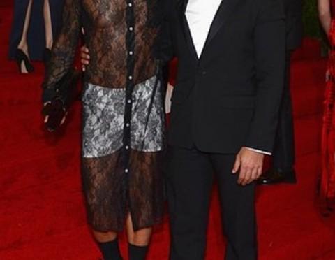 Moda dünyasının en önemli etkinliklerinden Metropolitan Müzesi Kostüm Enstitüsü Galası, ABD'nin New York kentindeki Metropolitan Müzesi'nde gerçekleşti. Her sene hangi yıldızın hangi modacının tasarımıyla geceye katılacağı haftalar öncesinden konuşulmaya başlanan galaya, beyaz boxer'la giden ABD'li sıra dışı modacı Marc Jacobs damgasını vurdu.
