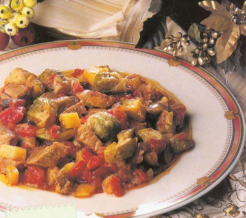 Etli sebze yemekleri (18 aylık)  Malzemeler  30 gr. (1 köfte kadar) et   1 yemek kaşığı pirinç   1 sebze( ıspanak, kabak, domates, semizotu)   1 tatlı kaşığı zeytinyağı   1 küçük soğan  Hazırlanışı  Sebzeler doğranarak bir tencereye konur, 1yemek kaşığı pirinç,mercimek, bulgur ile 1 tatlı kaşığı zeytinyağı az su konup pişirilir. Sebzenin türüne göre dolma şeklinde veya kıymalı sebze yemeği olarak yedirilir.
