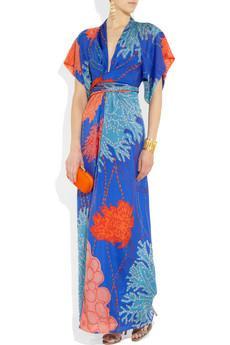 Uzun, maksi elbiseler yaz mevsiminin olmazsa olmazıdır. Bu sezonun modern elbiseleri ise geyşa kimonolarını andırıyor. Renkli ve kemerli bu elbiselerin yanı sıra bir de tabii olabildiğince floral ve gösterişli elbiseler de mevcut...Issa