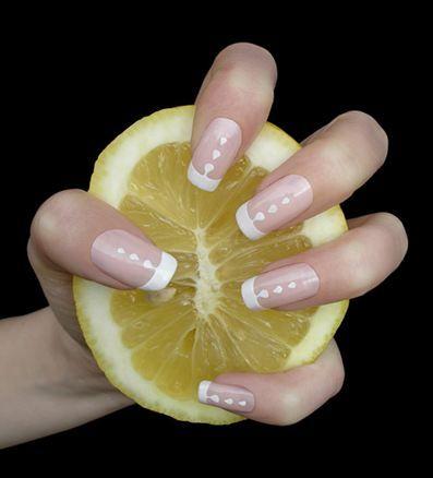 Tırnaklarınız sarı ve mat mı görünüyor?  Bir limonu ikiye kesin ve tırnaklarınızı limonla ovalayın. Kısa sürede farkı göreceksiniz.