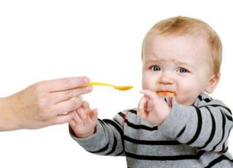 • Şişman çocuk sağlıklıdır!   Şişmanlık sağlık değil, sağlıksızlık göstergesidir. Hem çocukluk çağı hem de erişkin dönem için hipertansiyon, damar sertliği, şeker hastalığı, ortopedik bozukluklar, pişik, solunum yolu enfeksiyonları, psikolojik bozukluklar gibi birçok hastalıkla ilişkisi saptanmıştır. Dengeli beslenenen çocuk zayıf da olsa sağlıklıdır.