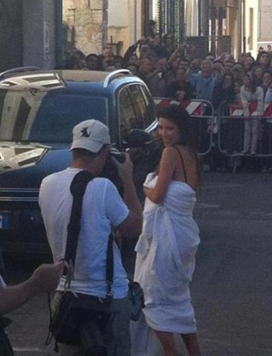 Çıktığında ise hemen havluya sarındı. Dizi ekibini İtalyan hayranlarından polis barikatı korudu.