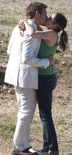 Dizide Matula'nın canlandırdığı karakterle evlenen Scott Clifton da çekim arasında nişanlısıyla hasret giderdi.