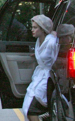 Angelina Jolie birazdan makyaj odasına gidecek ve sonra da kamera karşısına geçecek.