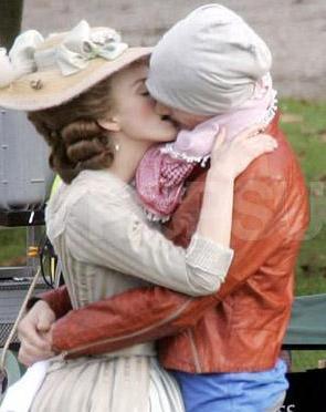 İki sevgili ateşli bir şekilde öpüşüyor.