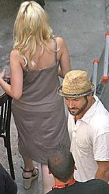 Fotoğrafçılar sette de Johansson'un peşini bırakmıyor.