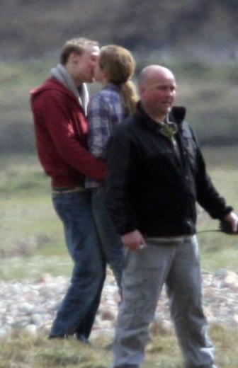 Güzel oyuncu, o zamanlar birlikte olduğu sevgilisiyle kamera arkasında öpüşürken objektiflere yakalanmıştı.
