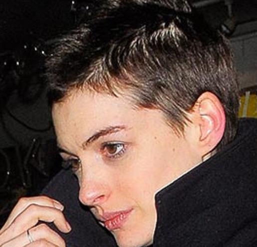 30 yaşına yaklaşırken yeni filmi için kestirdiği saçlarıyla böyle görünüyor oyuncu.