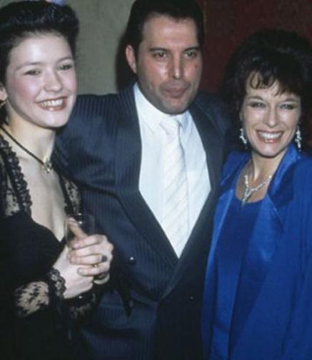 Catherine Zeta Jones (en solda) 17 yaşındayken.