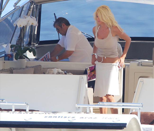 Akdeniz sahillerinde tatil yapan eski Playboy güzeli Victoria Silvstedt, yatta güneşlendiği sırada bikinisinin altını düzeltmeye çalışınca paparazzilere fena yakalandı.