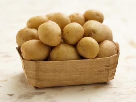 Patates: Bir adet patatesi rendeleme yöntemiyle güzellikte kullanabilirsiniz. Rendeli sebzenin içine bir çay kaşığı zeytinyağı ekleyin. Yarım çay bardağı da pastörize olmayan süt ilave edin. Bu karışımı maske olarak yüzünüze sürün. Bu da kahverengi güneş lekelerini yok eder.