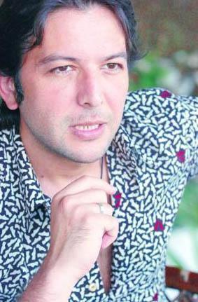"""Nihat Doğan'ın yıldızını parlatan şarkının belki sözleri değil ama klibindeki efektleri ilginçti: Şarkının, """"kırdın kalbimi """" sözlerinin ardından gelen cam kırılması efektini duyanlar ilk anda inanamadı. Bu 90'lı yılların başında uzun süre espri konusu olmuştu."""