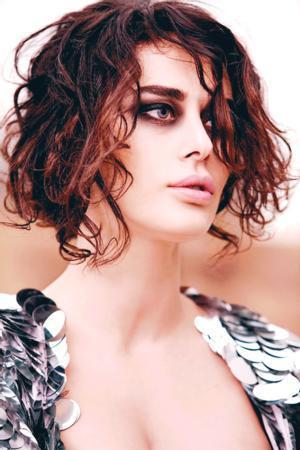 Karilerine manken olarak başlayan Ayşe Hatun Önal bir dönem şarkıcılığı da denemişti.