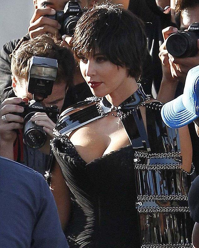 Los Angeles'ta yapılan çekimlerde kısa saçıyla dikkat çeken 31 yaşındaki yıldızın, derin göğüs dekoltesi de gözden kaçmadı.