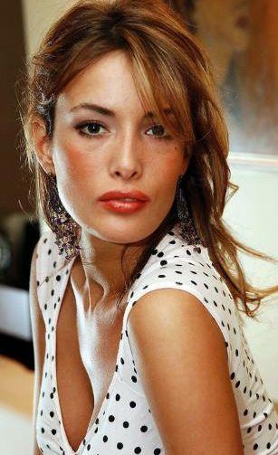 GAMZE ÖZÇELİK Oyuncu, sunucu ve model olan Gamze Özçelik, 2000 Miss Turkey ikinci güzeli seçildi. Bir hayır defilesi dışında podyuma çıkmadı, oyunculuğa ağırlık verdi.   'Eyvah Kızım Büyüdü, 'Cinler ve Periler', 'Tatlı Hayat', 'Serseri' ve 'Canan' dizilerinde oynadı. Onu halen çok izlenen 'Arka Sokaklar' dizisinde seyrediyoruz.