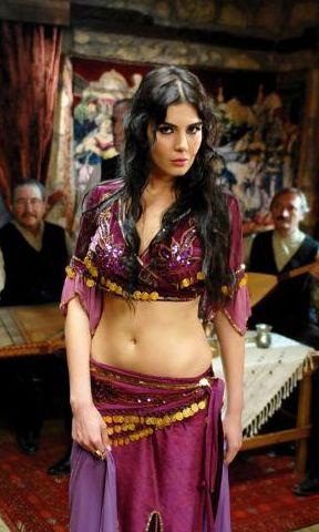 HATİCE ŞENDİL Üniversitede işletme bölümü okudu, iki yıl Ayla Algan'dan oyunculuk dersleri aldı. 2001 Miss Turkey ve Miss Europe yarışmalarında üçüncü oldu, fotomodellik yaptı. 'Eylül', 'Fesuphanallah', 'Yaban Gülü', 'Kurtlar Vadisi', 'Karadağlar' dizilerinde oynadı.