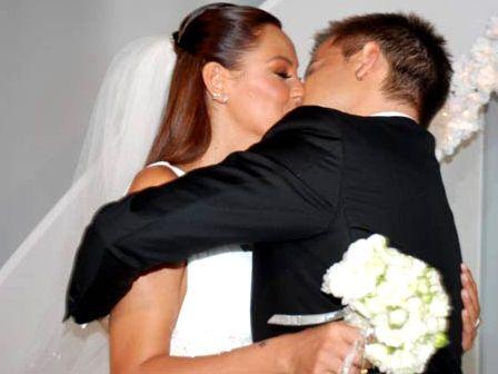 Tartışmalı beraberliklerine evlilikle nokta koyarak ağızları kapayan çiftimiz Pınar Altuğ ve  Yağmur Atacan, mutlu birliktelikleriyle gözlerden uzakta olmayı tercih ediyor.